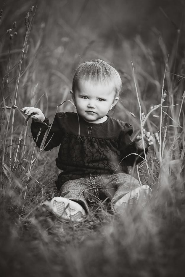 Kinderfoto im hohen Gras in Bamberg - Fotograf für Familienfotos ChrisP Photography