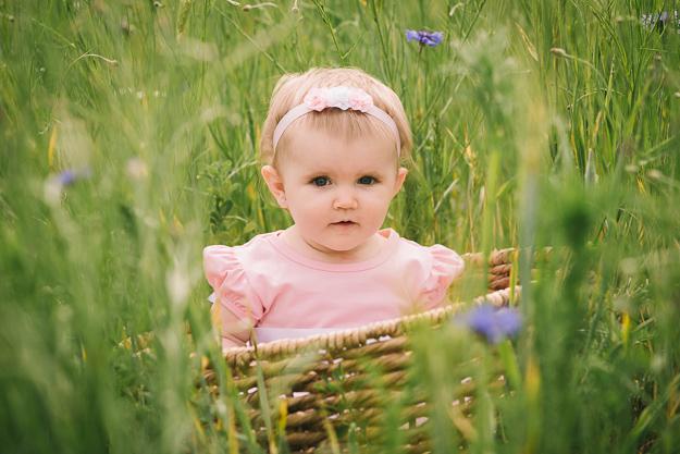 Fotograf für Kinderfotos fotografiert Baby zum ersten Geburtstag