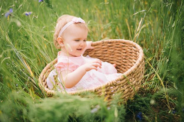 Besonderes Babyfoto in der Natur von Fotograf ChrisP Photography