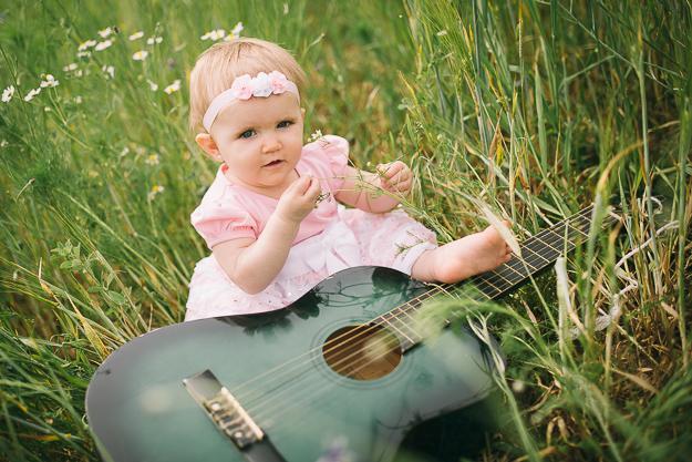 Baby spielt mit Gitarre in der Natur - fotografiert von ChrisP Photography - Fotograf für Babyfotos in Bamberg
