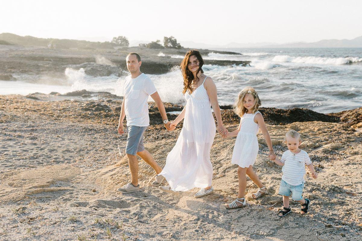 Familie beim Fotoshooting am Strand von Mallorca