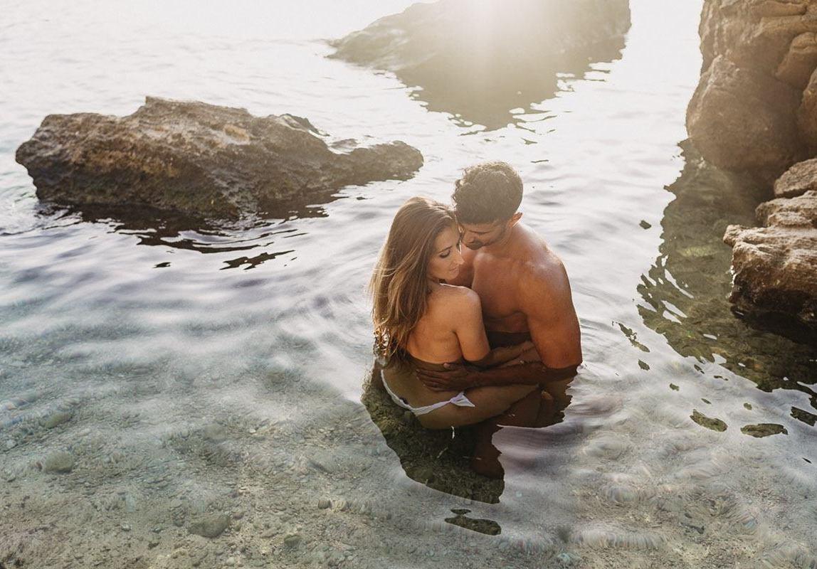 Fotoshooting am Strand - intime Paarfotos im Wasser