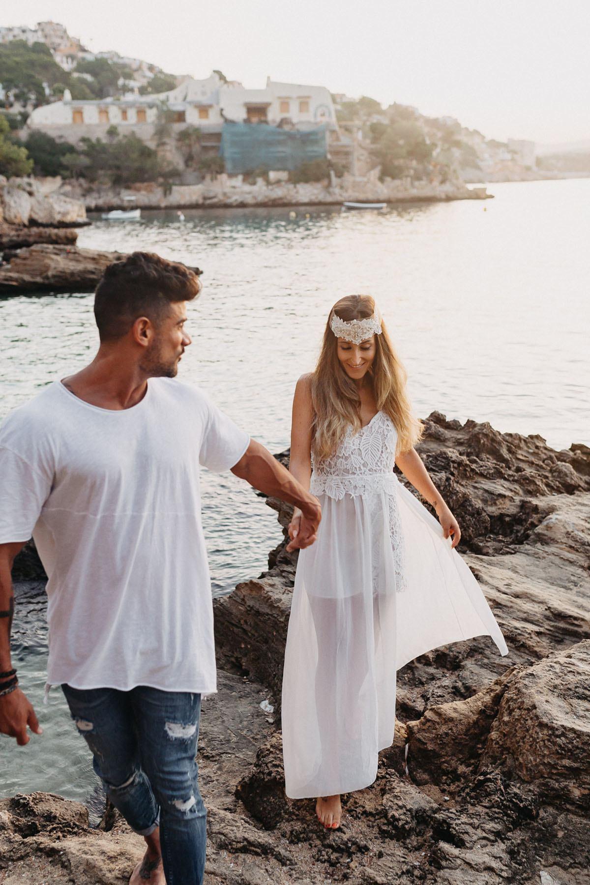 Photo-shooting am Strand Mallorca - Boho Brautpaar hand in hand